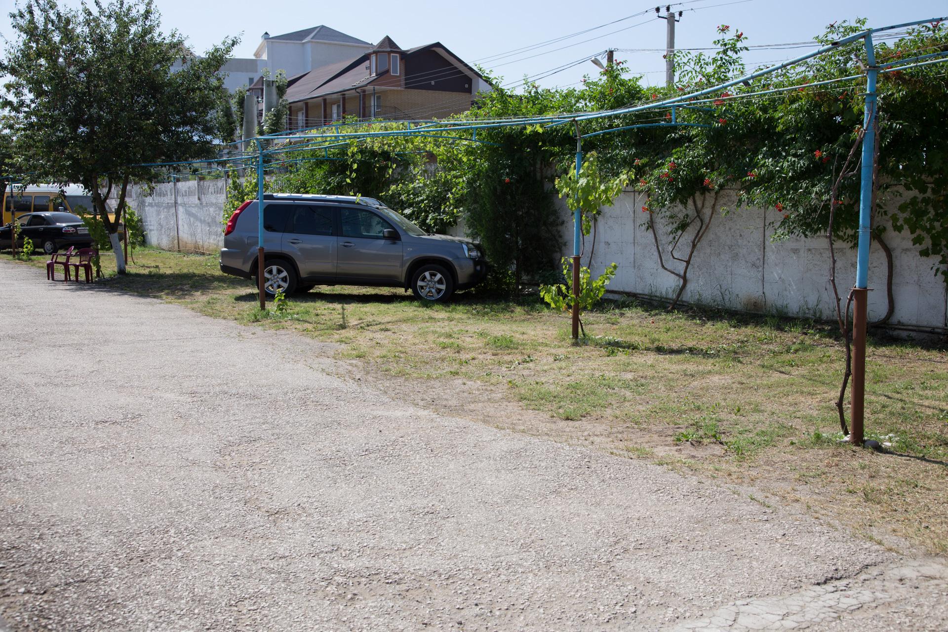 Парковка для машин на базе отдыха Альтернатива, Крым, Феодосия